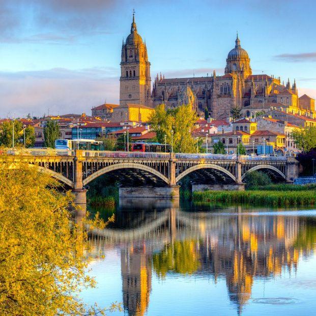 Catedral de Salamanca desde el Tormes, una de las ciudades españolas más baratas para hospedarse en primavera (Creative Commons)