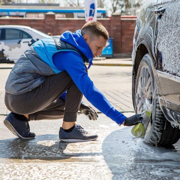 Cómo limpiar las llantas del coche fácilmente Foto: bigstock