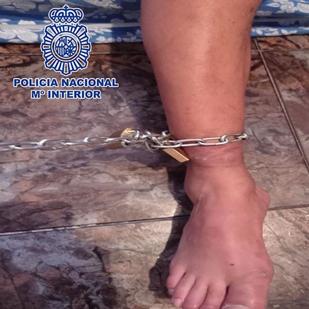 Detenidos por encadenar a su padre a la pared durante ocho días