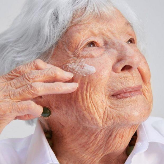 Una mujer de 99 años se convierte en la modelo de maquillaje más longeva del mundo
