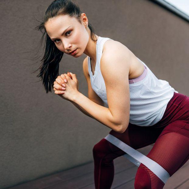 Incluye las bandas elásticas para aumentar la eficacia de tus ejercicios Foto: bigstock