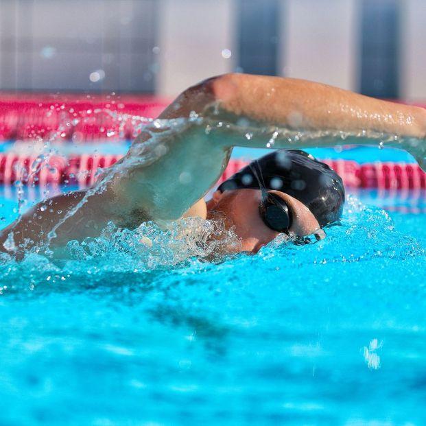 Realiza estos sencillos ejercicios y aumentarás tu rendimiento al nadar (Foto: bigstock)