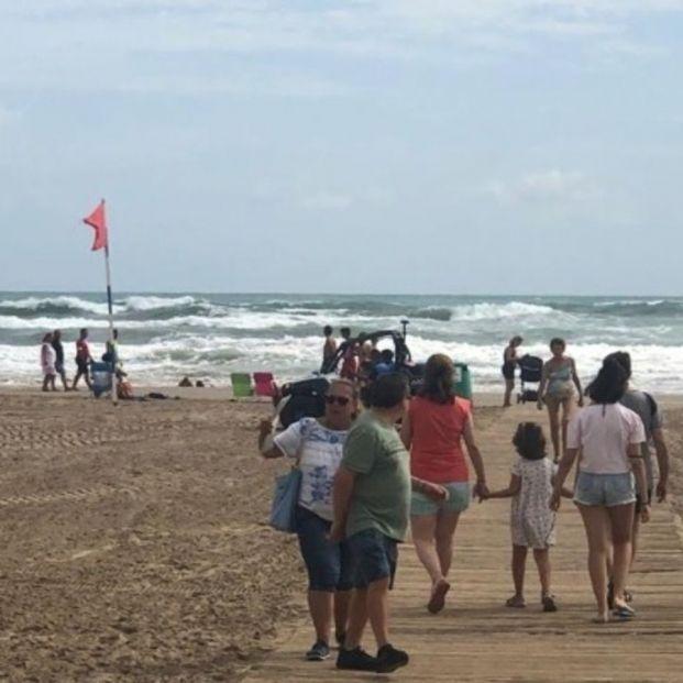 Los motivos por los que los socorristas ponen la bandera roja en la playa. Foto: Europa Press