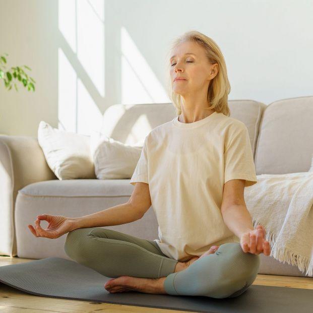 Prueba estas cinco posturas de yoga sentado. Foto: bigstock