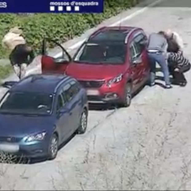 ¡Cuidado! La policía advierte a los mayores sobre los ladrones de autopista (Captura vídeo Mossos d'Escuadra)