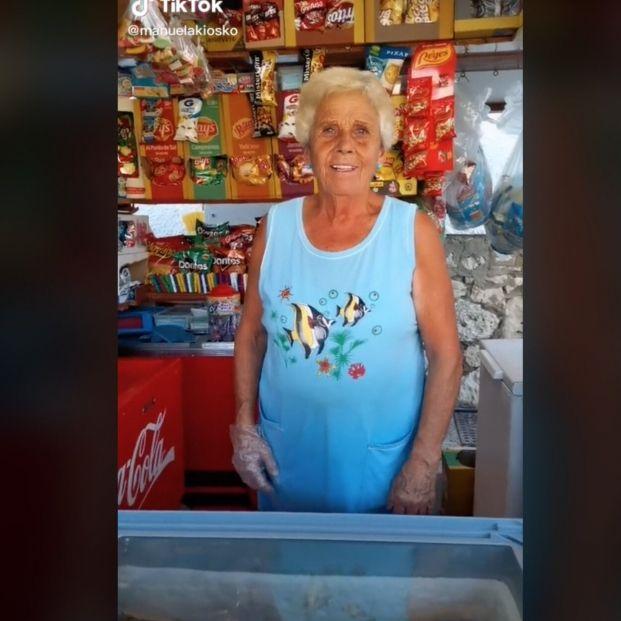 Manuela, la quiosquera de 75 años que arrasa en TikTok