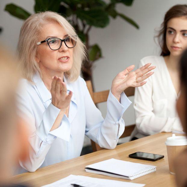 Sócrates café: Mujer hablando ante un grupo de personas (Bigstock)