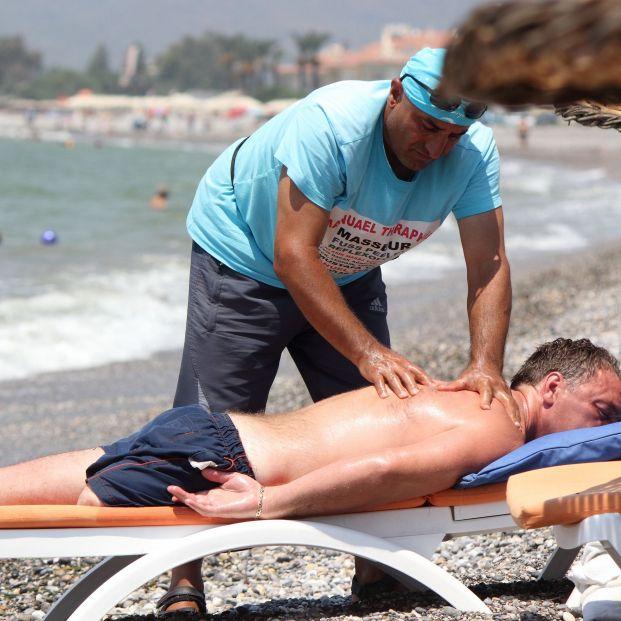 """La advertencia de la Guardia Civil sobre los masajistas en la playa: """"No arriesgues tu vida"""" (bigstock)"""