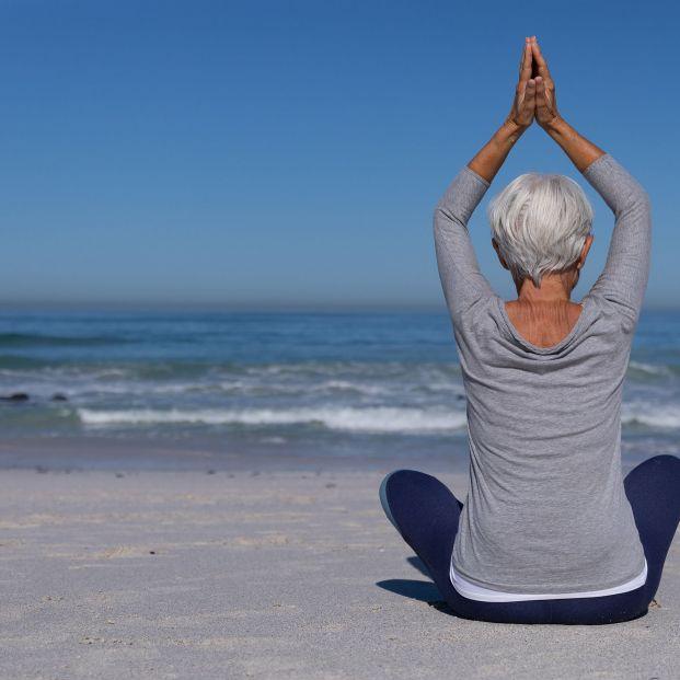 Beneficios de hacer yoga en la playa