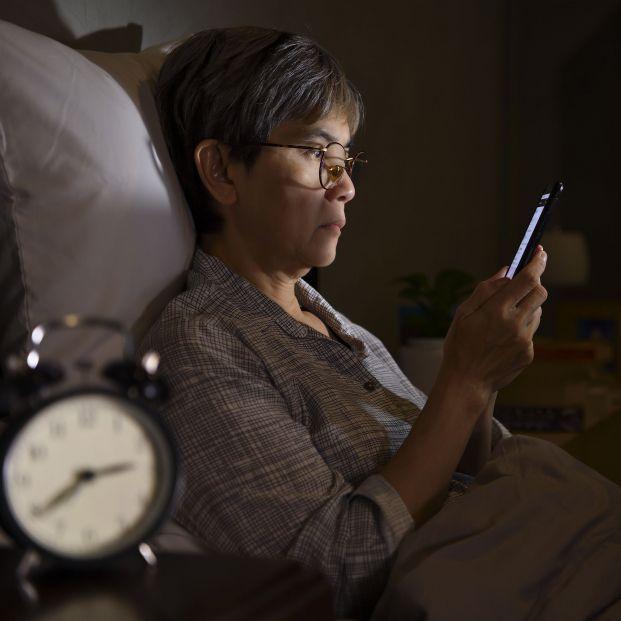 ¿Miras el móvil antes de dormir? Consejos para no dañarte la vista (bigstock)