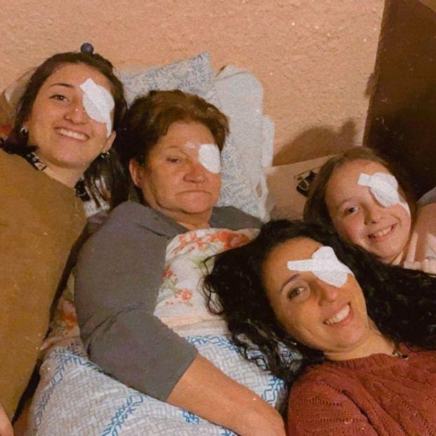 """Operan a la abuela del ojo y la reacción de la familia arrasa en Twitter: """"No ve la hora de curarse"""""""