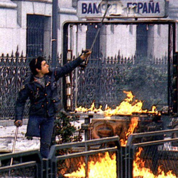 El Cojo Manteca, rompiendo el letrero de una boca de Metro en una manifestación de estudiantes contra la LOGSE, en enero de 1987