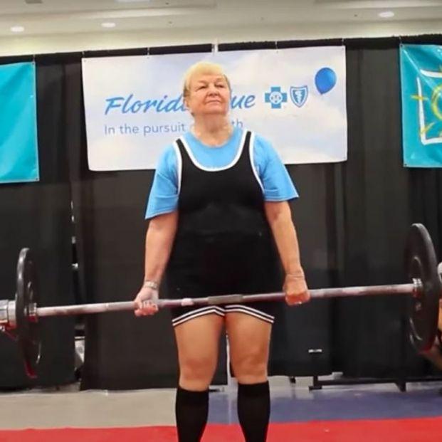 Tiene 100 años y ha entrado en el Libro Guinness como la levantadora de peso más longeva