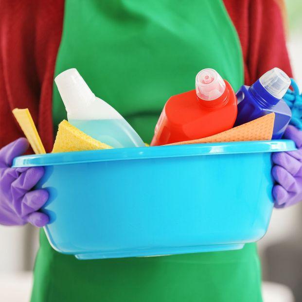 Persona con materiales de limpieza (bigstockphoto)
