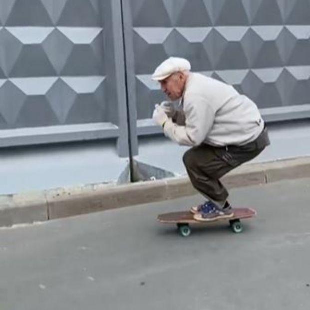 Igor, el hombre de 73 años que arrasa en redes por su habilidad con el skate