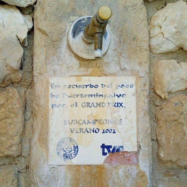 'Honor y gloria': La placa junto a la fuente en un pueblo de Teruel se hace viral en Twitter (Foto, Twitter)