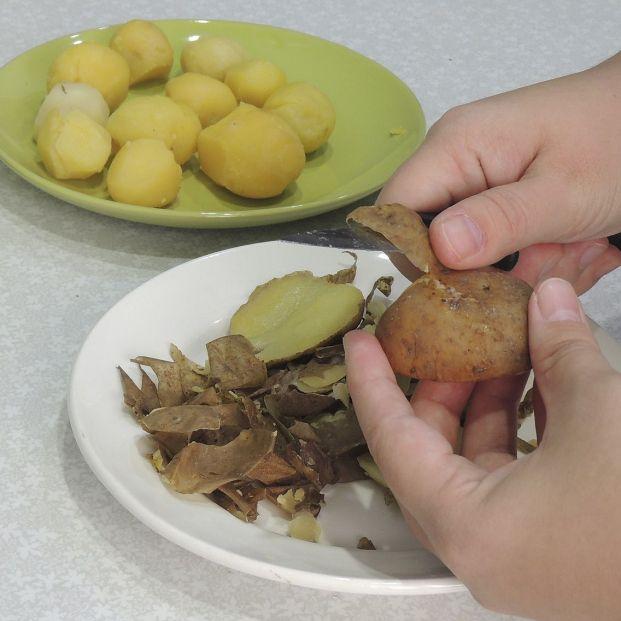 El truco para pelar patatas y huevos cocidos sin esfuerzo