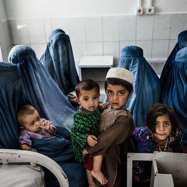 Maruja Torres, Rosa Montero y Anabel Alonso recogen firmas para salvar a las mujeres afganas. Foto: Europa Press