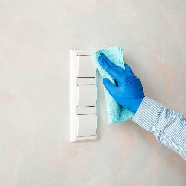 Cómo limpiar enchufes e interruptores