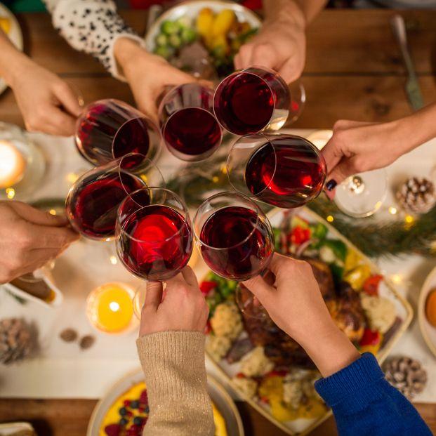 Cena con vino (bigstock)