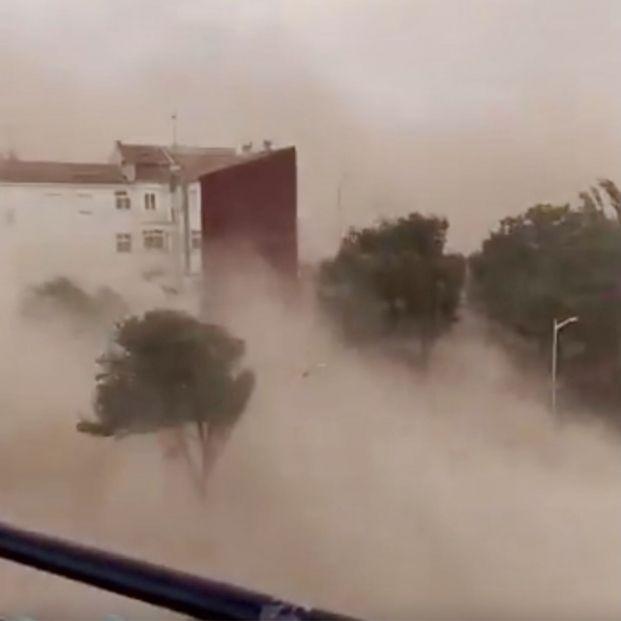 """""""¡Impresionante!"""": La ola de calor provoca una tormenta de arena en Albacete y se hace viral. Foto: captura vídeo de Twitter"""