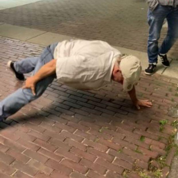 La divertida reacción de unos jóvenes ante la victoria de un hombre mayor en un reto de flexiones