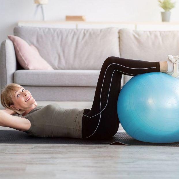 4 ejercicios con fitball para la espalda (Big Stock)