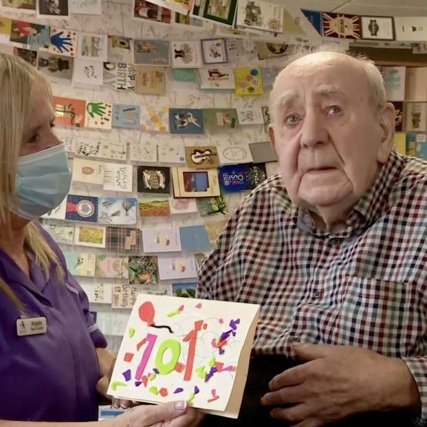 El cumpleaños más conmovedor: un veterano de guerra cumple 101 años y recibe 5.000 felicitaciones (Foto: Captura de vídeo de ITV News)