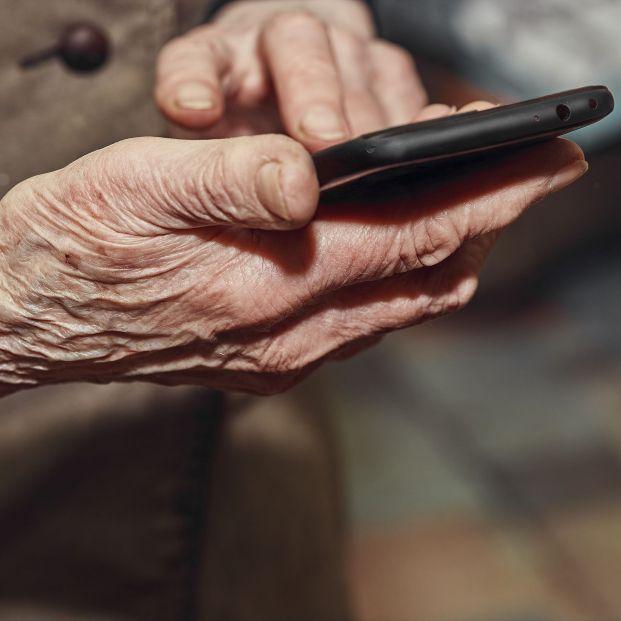 Pilar Rubio, 81 años, un ejemplo del éxito de la inclusión digital en las personas mayores. Foto: Bigstock