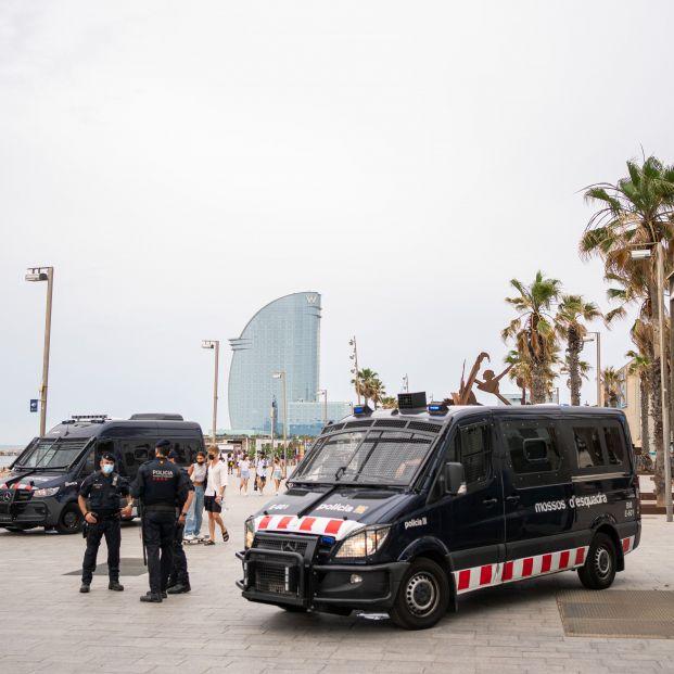 EuropaPress 3785841 dos furgones mossos desquadra concentracion contra visita rey felipe vi