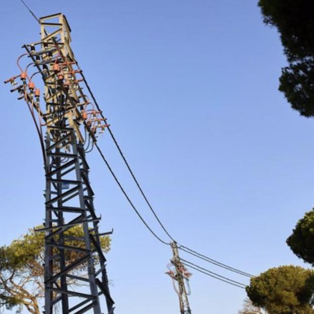 El precio de luz cae este viernes un 3% desde su récord histórico y se sitúa en los 118,99 euros/MWh. Foto: Europa Press