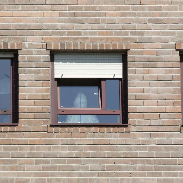 EuropaPress 3886469 trabajador sanitario epi ventana habitacion residencia gandaras mayor lugo