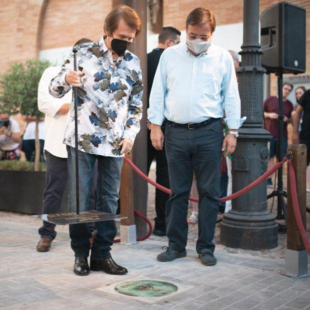 """Raphael """"ya forma parte de la ciudad de Mérida"""" tras descubrir su placa"""