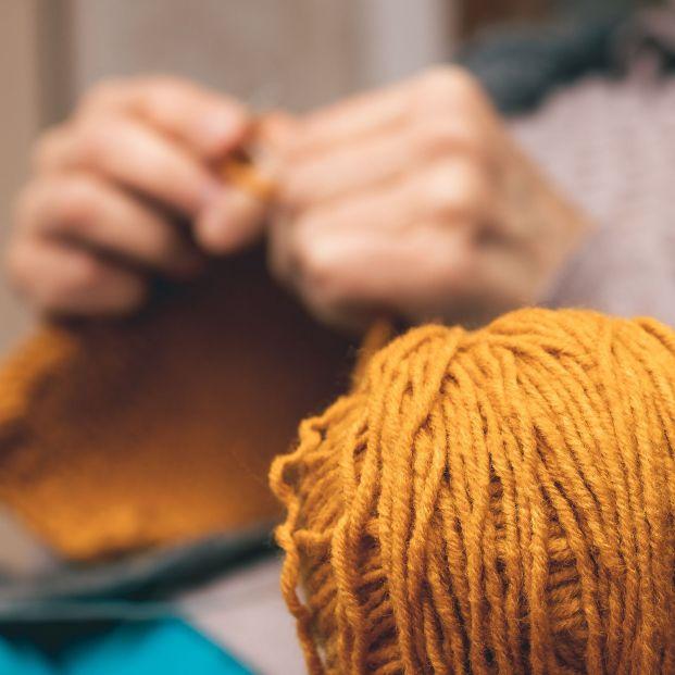 Abuelas que tejen para los más necesitados. Foto: Bigstock