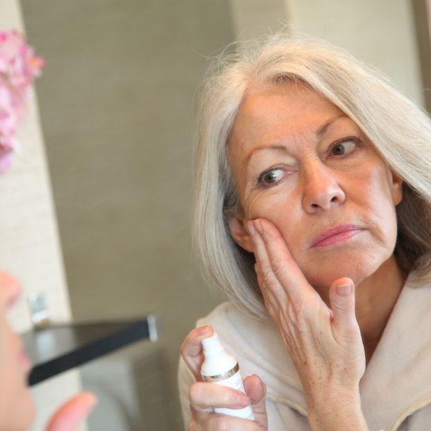 Mujer madura aplicándose crema