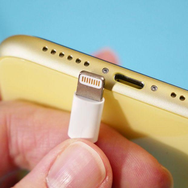 Así puedes limpiar el puerto de carga de tu móvil
