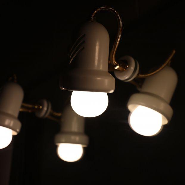La luz da un respiro y este viernes baja por primera vez en una semana, hasta los 137,7 euros/MWh