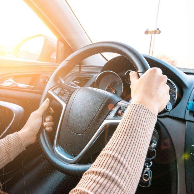 Cómo evitar que te deslumbre el sol al conducir (Foto: Bigstock)