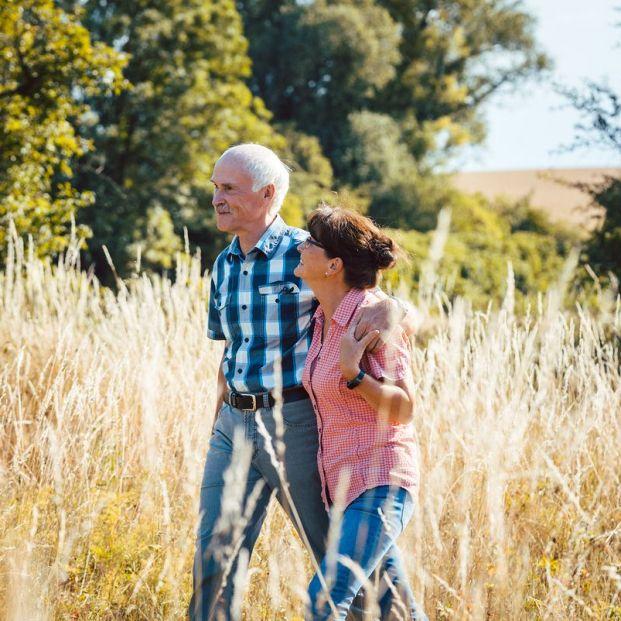 Personas paseando por el campo, donde aumenta sensiblemente la calidad del aire