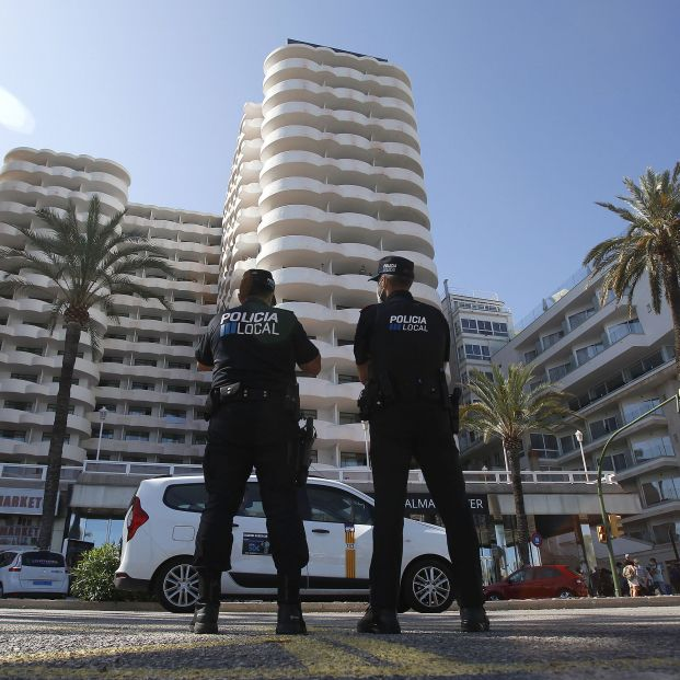 EuropaPress 3818710 dos policias locales hacen guardia frente hotel palma bellver donde estaban