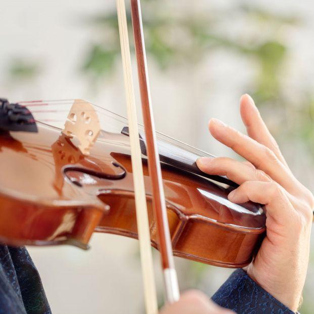 Un hombre de 74 años toca el violín en una evacuación por incendio y logra calmar la ansiedad (Foto: Bigstock)