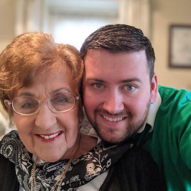 """Una abuela crea un perfil de Tinder a su nieto: """"Creo que necesita mi ayuda"""""""