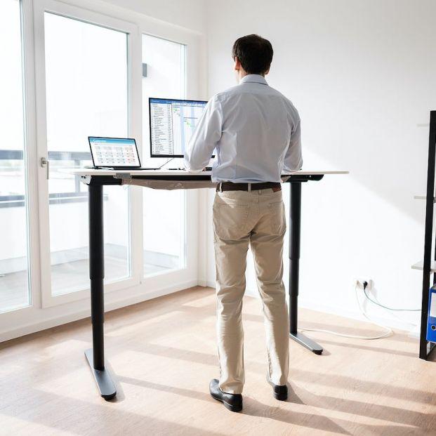 ¿Qué beneficios tienen realmente los escritorios que permiten trabajar de pie?
