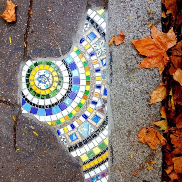 Ememem, el artista callejero que rellena las grietas del pavimento con mosaicos de colores