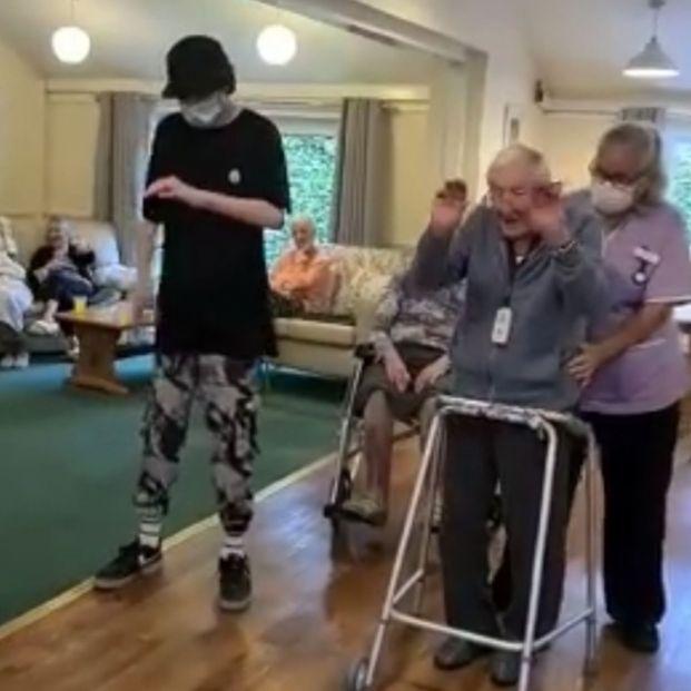 Un adolescente con autismo enseña a bailar 'popping' a un hombre de 101 años