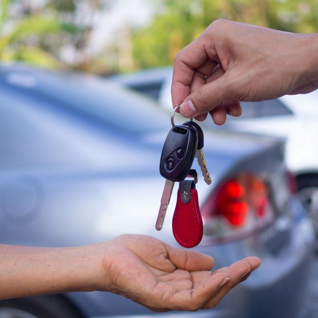 ¿Sueles dejar tu coche a otra persona? La DGT advierte que hagas esto (foto: Bigstock)