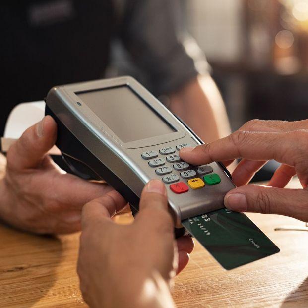 Pagar con tarjeta (bigstock)