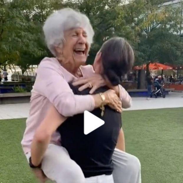 Una mujer de 93 años se hace viral con el antes y el después de cómo baila con su nieta