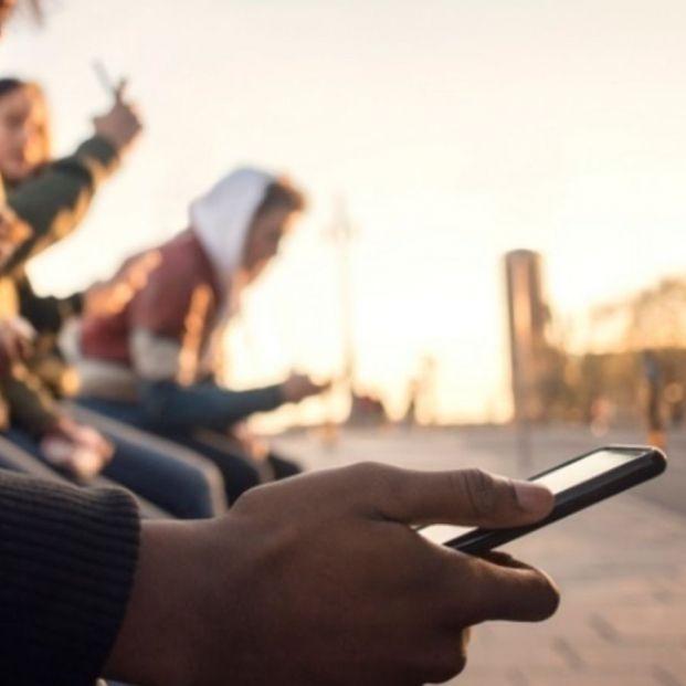 Los adolescentes, cada vez más adictos al móvil e internet, y cada vez más temprano. Foto: Europa Press