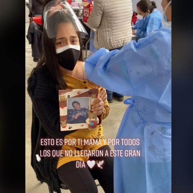 """VÍDEO: El conmovedor homenaje a su abuela fallecida el día que se vacuna: """"Esto es por ti"""""""